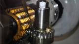 Máquina para fabricação de engrenagens em operação